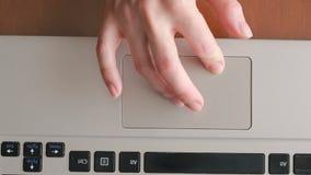 Fingeres que trabajan en un panel táctil del ordenador portátil, primer almacen de metraje de vídeo