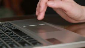 Fingeres que trabajan en un panel táctil del ordenador portátil, primer almacen de video