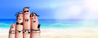 Fingerfamilj på Sunny Beach royaltyfri bild