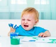 Fingerfarben des abgehobenen Betrages des kleinen Mädchens Stockfoto