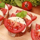 Fingerfood con il formaggio ed i pomodori della mozzarella Fotografia Stock