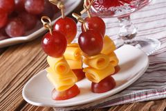Fingerfood: grapes and cheese on skewers horizontal Stock Images