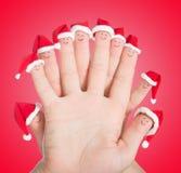 Fingerframsidor i jultomtenhattar Lycklig familj som firar begreppet fo royaltyfria bilder