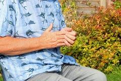 Fingergelenkschmerzen arthritis Senior in den Schmerz stockfoto