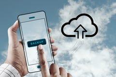 Fingerhandlag en skärm med molnlagringssymbolen Arkivbild