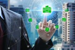 Fingerhandlag med egenskapsinvesteringsymboler över nätverksanslutningen arkivfoton