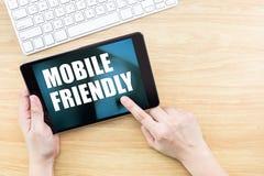 Fingerklickskärm med mobilt vänligt ord med tangentbordet på w royaltyfria foton