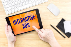 Fingerklickskärm med växelverkande annonsord med tangentbordet på w arkivbild