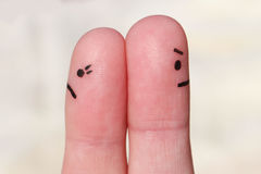 Fingerkonst av par Koppla ihop efter ett argument som ser i olika riktningar arkivbild