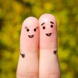 Fingerkunst eines glücklichen Paars Ein Mann und eine Frau umarmen auf dem Hintergrund von gelben Blättern Stockfotografie
