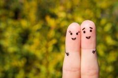 Fingerkunst eines glücklichen Paars Ein Mann und eine Frau umarmen auf dem Hintergrund von gelben Blättern Stockfoto