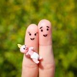 Fingerkunst eines glücklichen Paars Glückliche Familie, die ein kleines Kind hält Lizenzfreie Stockfotografie