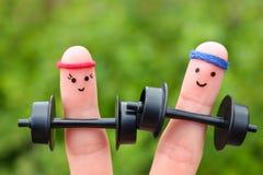 Fingerkunst eines glücklichen Paars im Sport Stockbild