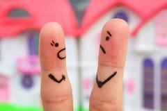 Fingerkunst eines Paares während des Streites Eine Frau schreit an einem Mann Stockbild
