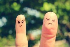 Fingerkunst von Freundinnen Die Konzeptfrau ist dünn und Frau ist fett stockbild