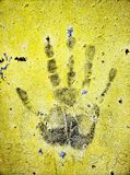 fingermark na placa de metal amarelo Fotografia de Stock