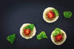 Fingermat för för Canapepesto för parti hemlagad tomat för sås överst och persilja spricker ut Royaltyfri Bild