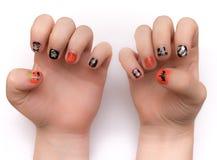 Fingernägel künstlerisch gemalt für Hwlloween Stockfotos
