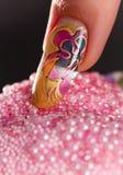 Fingernagel mit schöner mehrschichtiger Maniküre Stockbilder