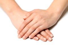 Fingernagelfrauenhand mit Frankreich-Maniküre Stockfotografie