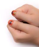 Fingernaglar som artistically målas för Hwlloween Arkivbilder