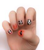Fingernaglar som artistically målas för Hwlloween Arkivfoton