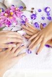 fingernails för akrylskönhetbegrepp arkivfoto