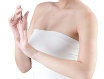 Fingernails för en kvinnacutting royaltyfri foto