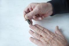 fingernails man äldre klippningar royaltyfri fotografi