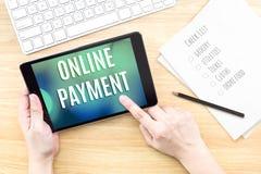 Fingerpekskärm med online-betalningord med tangentbordet och n royaltyfria foton