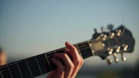 Fingerpicking en la guitarra a solas almacen de video