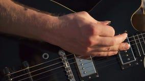 Fingerpicking en la guitarra a solas almacen de metraje de vídeo