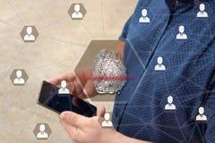 Fingerprint скеннирование на экране касания с предпосылкой нерезкости бизнесмена с телефоном Концепция доступа thr Secure стоковые изображения rf