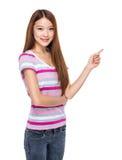 Fingerpunkt för ung kvinna ut Arkivbild