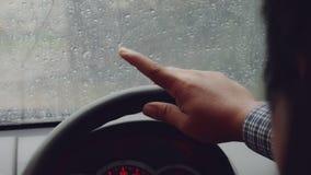 Fingerschlag auf dem harten Regen stock footage