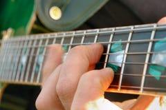 Fingersetting auf Gitarrenstutzen Stockbild