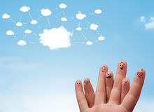 Fingersmiley med molnnätverkssystemet Arkivfoton