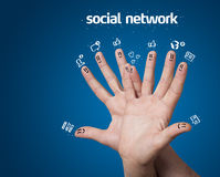 Fingersmiley mit Sozialnetzzeichen und -ikonen Stockfoto