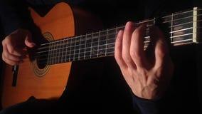 Fingerstyle que joga, ritmo melódico do close-up filme