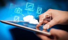 Fingra att peka på minnestavlaPC, mobilt molnbegrepp Arkivfoto