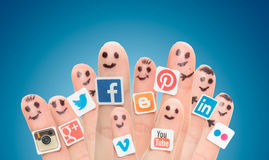 Fingra med populära sociala massmedialogoer som skrivs ut på papper Arkivbilder