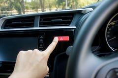 Fingra slå botten för nöd- ljus för bilen i bil Royaltyfria Foton