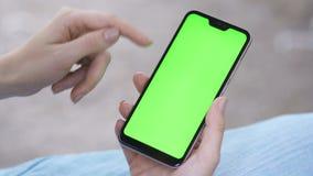 fingrar av flickapeksk?rmen av minnestavlan, smartphone N?rbild lager videofilmer
