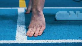 Fingrar av idrottsmannen på körande låg startposition för spår Händer av idrottsman nen stock video