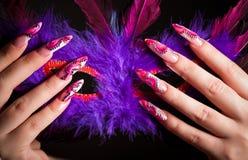 fingrar som rymmer den mänskliga maskeringen venetian Royaltyfria Bilder