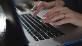 Fingrar som tejpar slut för dator för arbete för tangentbordskärmnatt sent upp företags kommunikation 4 K arkivfilmer