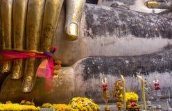 Fingrarna med tre färgade tygbandet av en Buddha Royaltyfria Foton