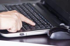 Fingret av att trycka på för affärsman skriver in tangent Arkivfoton