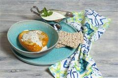 Finhackad kalkon - välfylld paprika med mintkaramellen och yoghurtsås Arkivfoto