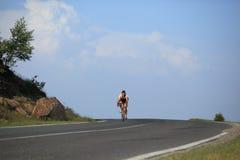 Fini de approche de cycliste chez Paltinis Photo stock